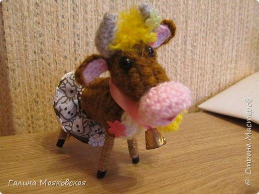 Привет всем! Сделалась новая игрушка - Буренка из Масленкино. Вот к чему приводит хомячество - нежелание выбрасывать обрезки проволоки, лоскутки и остатки пряжи. Хвоста из-за юбочки не видно, но он в наличии, как и все остальное коровье имущество. фото 1