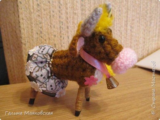 Привет всем! Сделалась новая игрушка - Буренка из Масленкино. Вот к чему приводит хомячество - нежелание выбрасывать обрезки проволоки, лоскутки и остатки пряжи. Хвоста из-за юбочки не видно, но он в наличии, как и все остальное коровье имущество. фото 2