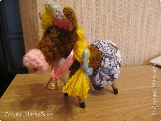 Привет всем! Сделалась новая игрушка - Буренка из Масленкино. Вот к чему приводит хомячество - нежелание выбрасывать обрезки проволоки, лоскутки и остатки пряжи. Хвоста из-за юбочки не видно, но он в наличии, как и все остальное коровье имущество. фото 3