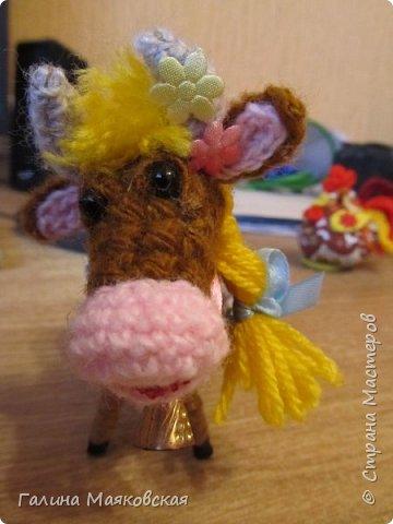 Привет всем! Сделалась новая игрушка - Буренка из Масленкино. Вот к чему приводит хомячество - нежелание выбрасывать обрезки проволоки, лоскутки и остатки пряжи. Хвоста из-за юбочки не видно, но он в наличии, как и все остальное коровье имущество. фото 4
