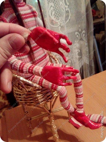 Всем привет!У меня родился эльф.Муж сказал,что ооочень страшный и с четырьмя пальцами ещё на каждой руке...Я объяснила, что эльфы ,у них своя красота...Нам людям не понятная...И они помогают Деду Морозу упаковывать и разносить подарки.Личные мне очень нравится это чудо!И фото процесса,кому интересно.Спасибо,что заглянули! фото 12