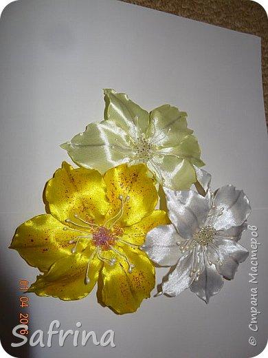 Цветочки из атласной ленты.В лепестки вставлена тонкая проволока,с помощью которой можно придать любую форму цветку. фото 1