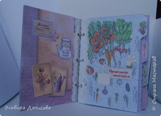 Впервые сделала кулинарную книгу в подарок любимой свекрови. Использовала набор скрапбумаги на кулинарную тему и заготовку для блокнота, а также чипборды. фото 2