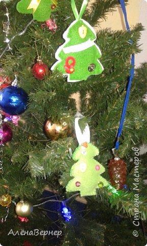 """Приближается самый веселый и запоминающийся праздник """"Новый год"""". Предлагаю Вашему вниманию елочки из фетра своими руками. Они не требуют много затрат времени и денег, но смотрятся очень оригинально.   фото 7"""