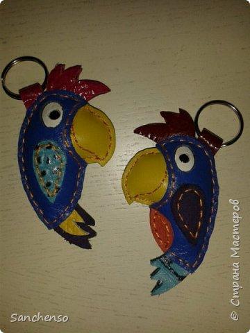 Попугаи. Брелки для ключей. выполнены полностью из натуральной кожи. фото 1