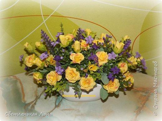 Композиция из роз в керамическом вазоне-сумочке, высота 21 см, длина 30 см фото 1