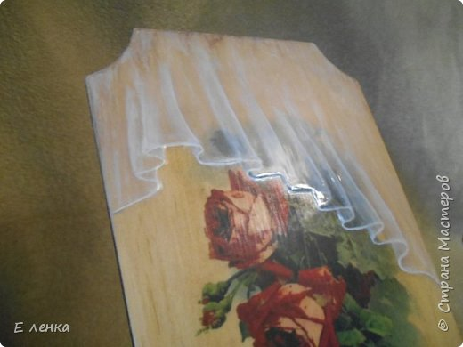 Вешалка для полотеничка  сделана уже давно, но никак не хотела фотографироваться)) Не получалось у меня передать на фото матовость роз на стене и блеск, а так же объём воздушной органзы. Вот вчера вроде срослось))) фото 4