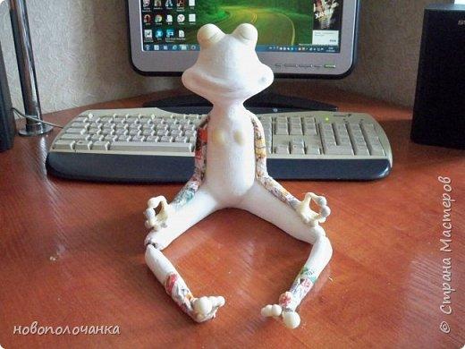 """Здравствуйте.     Дочь в интернете увидела    медитирующую лягушку. Картинка с лягушкой ей очень понравилась. Позвонила мне: """" Мама я хочу такую же лягушку"""" А мама для своих деток – волшебница, которая сделает всё.   фото 35"""