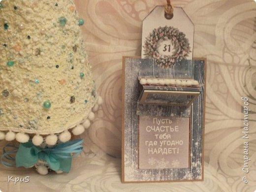 Добрый день жители СМ. Сегодня хочу показать Вам открытку, в которой соединила  две давние свои мечты: сделать слайдер и шейкер. Спасибо мастеру Tanushka за подробный МК, найденный в сети. Для удобства, сделала сначала макет из простой бумаги, а затем уже взялась за скрап бумагу. Использовала бумагу из новогодней коллекции  Артузор и крафт для подложки.  фото 3