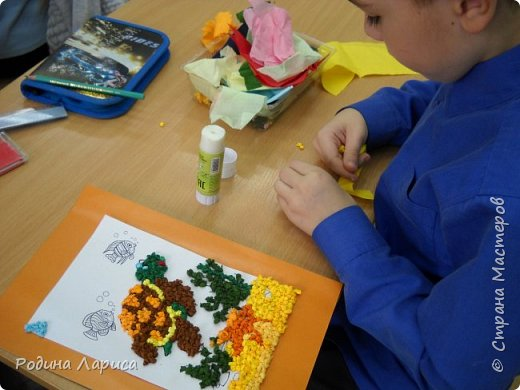 Весёлые утята играют в прятки. Такую мозаику ребята сделали с помощью маленьких шариков из гофрированной бумаги и салфеток. За основу взяли готовый сюжет в виде раскраски. фото 6