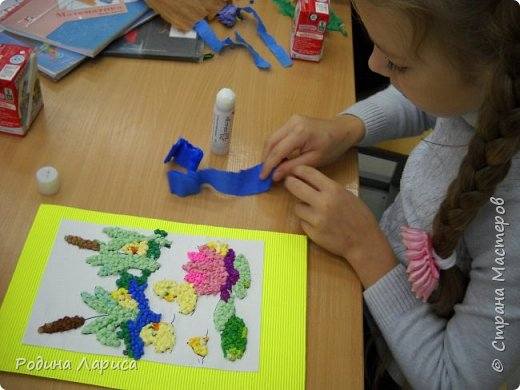 Весёлые утята играют в прятки. Такую мозаику ребята сделали с помощью маленьких шариков из гофрированной бумаги и салфеток. За основу взяли готовый сюжет в виде раскраски. фото 8