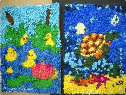 Весёлые утята играют в прятки. Такую мозаику ребята сделали с помощью маленьких шариков из гофрированной бумаги и салфеток. За основу взяли готовый сюжет в виде раскраски. фото 3