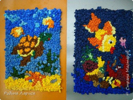 Весёлые утята играют в прятки. Такую мозаику ребята сделали с помощью маленьких шариков из гофрированной бумаги и салфеток. За основу взяли готовый сюжет в виде раскраски. фото 2