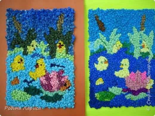 Весёлые утята играют в прятки. Такую мозаику ребята сделали с помощью маленьких шариков из гофрированной бумаги и салфеток. За основу взяли готовый сюжет в виде раскраски. фото 1