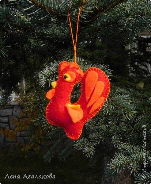 Доброго всем дня или вечера! Начала готовится к новогодней ярмарке. Следующий год - год красного Петуха и поэтому первые три украшения  на елку - красные петушки. Решила сделать их разными. фото 2