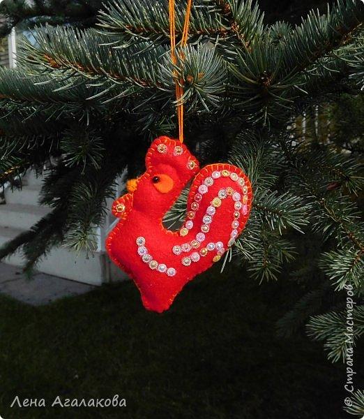Доброго всем дня или вечера! Начала готовится к новогодней ярмарке. Следующий год - год красного Петуха и поэтому первые три украшения  на елку - красные петушки. Решила сделать их разными. фото 3