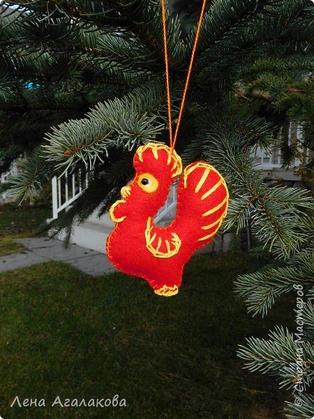 Доброго всем дня или вечера! Начала готовится к новогодней ярмарке. Следующий год - год красного Петуха и поэтому первые три украшения  на елку - красные петушки. Решила сделать их разными. фото 1