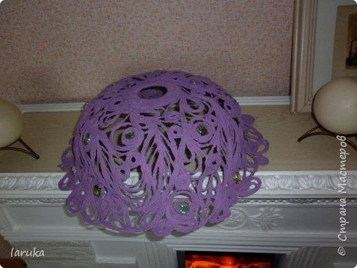 """Сплела абажур в технике """"джутовая филигрань"""" для подруги на кухню. Кухня у неё - в фиолетово-сиреневых тонах, такого же цвета подруга попросила абажур. Диаметр готового изделия - 41 см. Использовала камешки марблз.  фото 2"""