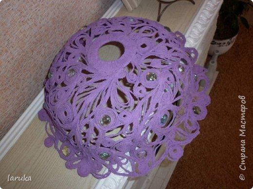 """Сплела абажур в технике """"джутовая филигрань"""" для подруги на кухню. Кухня у неё - в фиолетово-сиреневых тонах, такого же цвета подруга попросила абажур. Диаметр готового изделия - 41 см. Использовала камешки марблз.  фото 3"""