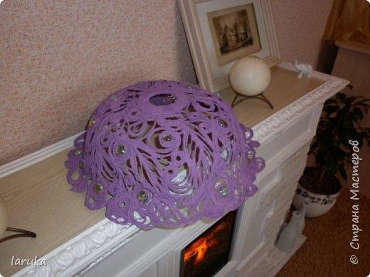 """Сплела абажур в технике """"джутовая филигрань"""" для подруги на кухню. Кухня у неё - в фиолетово-сиреневых тонах, такого же цвета подруга попросила абажур. Диаметр готового изделия - 41 см. Использовала камешки марблз.  фото 4"""