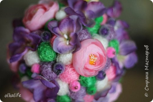 """После долгого ничего не деланья,ко мне пришла моя двоюродная сестра с просьбой сделать топиарии,красиво и удешивить процесс)))У её мамы(моей тёти) юбилей тематический """"Сад"""" Она вроде как садовница(но она по жизни садовница),гости должны были одеть на себя какой то цветок  и сестра на память решила сделать подарки на память от юбиляра.Так как это садовница подарки сестра придумала топиарчики.)))В семье руками что то делаю только я ,вот и попросила меня)))Я конечно не могла отказать и принялась  за работу.В каждую семью по топику. .Делала их разными.Не все сфоткала. фото 6"""