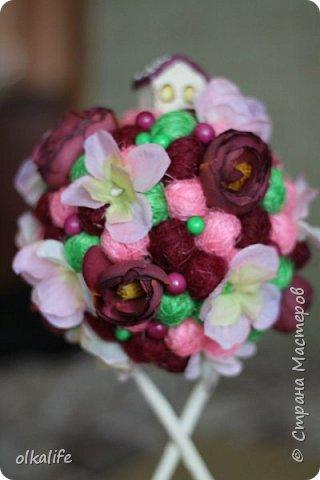 """После долгого ничего не деланья,ко мне пришла моя двоюродная сестра с просьбой сделать топиарии,красиво и удешивить процесс)))У её мамы(моей тёти) юбилей тематический """"Сад"""" Она вроде как садовница(но она по жизни садовница),гости должны были одеть на себя какой то цветок  и сестра на память решила сделать подарки на память от юбиляра.Так как это садовница подарки сестра придумала топиарчики.)))В семье руками что то делаю только я ,вот и попросила меня)))Я конечно не могла отказать и принялась  за работу.В каждую семью по топику. .Делала их разными.Не все сфоткала. фото 13"""
