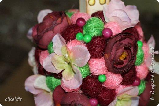 """После долгого ничего не деланья,ко мне пришла моя двоюродная сестра с просьбой сделать топиарии,красиво и удешивить процесс)))У её мамы(моей тёти) юбилей тематический """"Сад"""" Она вроде как садовница(но она по жизни садовница),гости должны были одеть на себя какой то цветок  и сестра на память решила сделать подарки на память от юбиляра.Так как это садовница подарки сестра придумала топиарчики.)))В семье руками что то делаю только я ,вот и попросила меня)))Я конечно не могла отказать и принялась  за работу.В каждую семью по топику. .Делала их разными.Не все сфоткала. фото 14"""