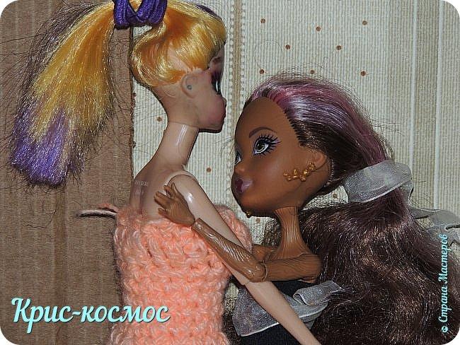 Привет всем! Сегодня я решила сделать историю. И еще Кедру теперь зовут Рокси, а Арзу - Стелла.     Рокси - милая и любознательная девочка. Любит математические и логические задачи. У неё есть 2 питомца: черепаха чету и бабочка Виолла. Роки любит природу и животных. Мечтает на каникулах уехать в лес.  Её же сестра Стелла - девочка городская и  хорошо разбирается в моде. Любит писать диктанты по русскому.    Время 9часов. Девочки спят.   фото 11