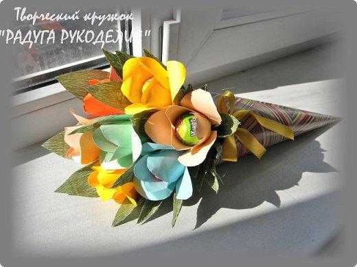 """Здравствуйте! Сегодня хочу показать вам еще одну работу моих учеников. Урок проходил накануне Дня Учителя и мы решили сделать классному руководителю нашего класса небольшой рукотворный подарок.  Представляю вам букет из цветов с """"чупа-чупсом"""" внутри. Каждый ребенок сделал по одному цветку, а я помогла объединить их в композицию. Такой милый презент у нас получился. фото 1"""