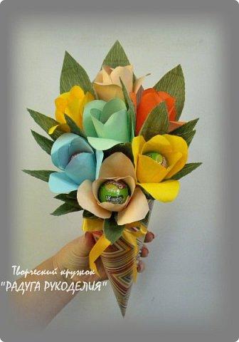 """Здравствуйте! Сегодня хочу показать вам еще одну работу моих учеников. Урок проходил накануне Дня Учителя и мы решили сделать классному руководителю нашего класса небольшой рукотворный подарок.  Представляю вам букет из цветов с """"чупа-чупсом"""" внутри. Каждый ребенок сделал по одному цветку, а я помогла объединить их в композицию. Такой милый презент у нас получился. фото 2"""