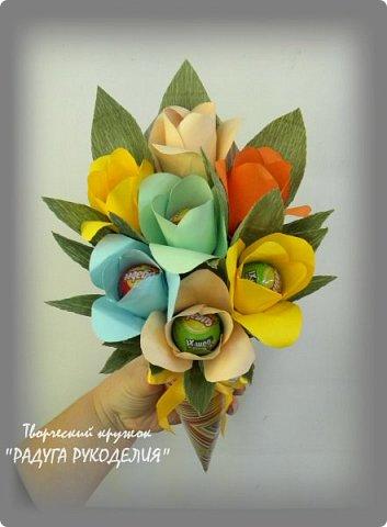 """Здравствуйте! Сегодня хочу показать вам еще одну работу моих учеников. Урок проходил накануне Дня Учителя и мы решили сделать классному руководителю нашего класса небольшой рукотворный подарок.  Представляю вам букет из цветов с """"чупа-чупсом"""" внутри. Каждый ребенок сделал по одному цветку, а я помогла объединить их в композицию. Такой милый презент у нас получился. фото 3"""