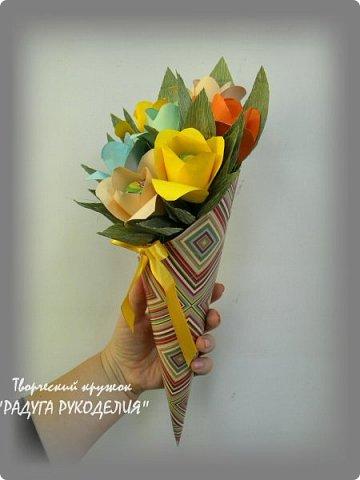 """Здравствуйте! Сегодня хочу показать вам еще одну работу моих учеников. Урок проходил накануне Дня Учителя и мы решили сделать классному руководителю нашего класса небольшой рукотворный подарок.  Представляю вам букет из цветов с """"чупа-чупсом"""" внутри. Каждый ребенок сделал по одному цветку, а я помогла объединить их в композицию. Такой милый презент у нас получился. фото 4"""