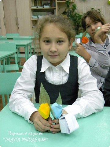 """Здравствуйте! Сегодня хочу показать вам еще одну работу моих учеников. Урок проходил накануне Дня Учителя и мы решили сделать классному руководителю нашего класса небольшой рукотворный подарок.  Представляю вам букет из цветов с """"чупа-чупсом"""" внутри. Каждый ребенок сделал по одному цветку, а я помогла объединить их в композицию. Такой милый презент у нас получился. фото 8"""