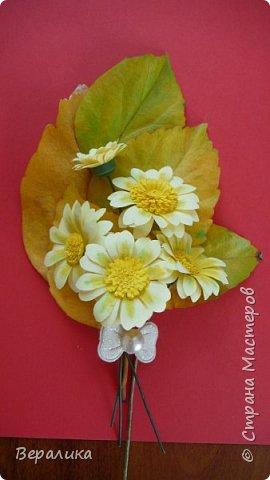 Поливала домашние цветы, оборвала несколько желтых листочков у гибискуса. Жалко было сразу их выбросить. А на столе  стояли желтые ромашки, которые нужны были для очередной работы. Просто приложила к листочкам и бантик прикрепила. Неплохо получилось. фото 1
