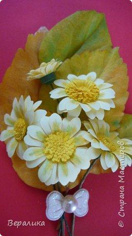 Поливала домашние цветы, оборвала несколько желтых листочков у гибискуса. Жалко было сразу их выбросить. А на столе  стояли желтые ромашки, которые нужны были для очередной работы. Просто приложила к листочкам и бантик прикрепила. Неплохо получилось. фото 2