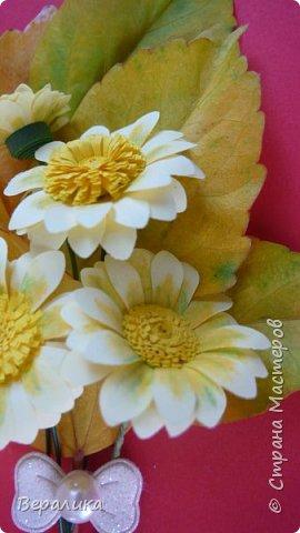 Поливала домашние цветы, оборвала несколько желтых листочков у гибискуса. Жалко было сразу их выбросить. А на столе  стояли желтые ромашки, которые нужны были для очередной работы. Просто приложила к листочкам и бантик прикрепила. Неплохо получилось. фото 3