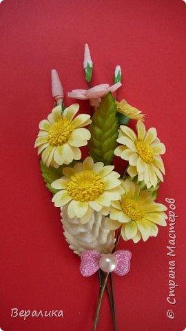 Поливала домашние цветы, оборвала несколько желтых листочков у гибискуса. Жалко было сразу их выбросить. А на столе  стояли желтые ромашки, которые нужны были для очередной работы. Просто приложила к листочкам и бантик прикрепила. Неплохо получилось. фото 4