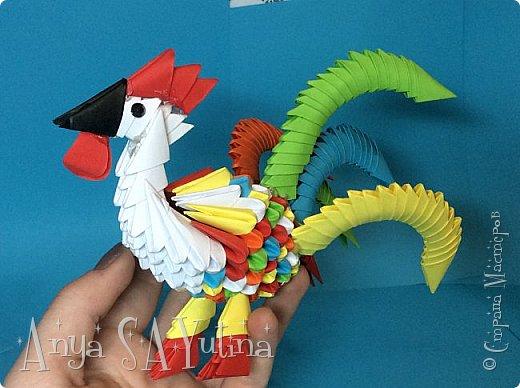 Привет) Скоро новый год. И, думаю, каждый хочет подарить своим близким что-то уникальное и красивое.Петух-символ наступающего 2017 года и почему не сделать его?:) В этом видеоуроке я расскажу и покажу вам, как сделать этого петуха техникой модульное оригами. Чтобы посмотреть урок, спуститесь чуть ниже по странице:) фото 4