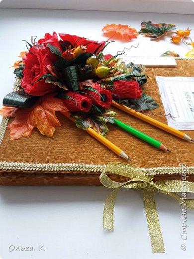Всем привет!День учителя прошел,а подарки остались не показанными.Долго я все смотрела на классные журналы,а сама все не решалась сделать и вот что получилось,розы я тоже делала первый раз,внутри конфеты марсианка. фото 5