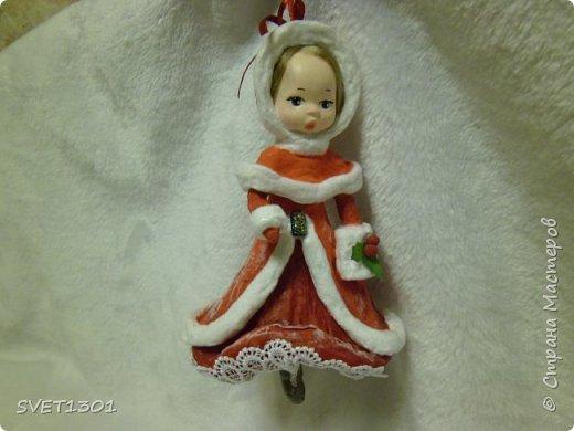 Ну вот прошло не много времени, а я снова к вам со своими девочками.  Это по всей видимости Красная Шапочка, которой принято дарить всё красное (и шапку и пальто, и платье), поэтому сапоги она сама себе прикупила.  фото 5