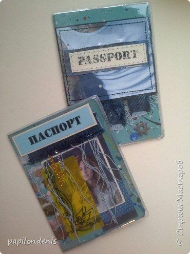 """Здравствуйте. Попросили меня родные сделать обложки для паспорта. Кому для себя, а кому подарить. Как всегда, мужские для меня труднее всего оказались. Условно обложки """"шли"""" попарно. И выкладывать тоже буду парами. Эти две тканевые, льняные на застёжке-резинке. В кадре рука главного испытателя на прочность. Испытания пройдены успешно :-) фото 13"""
