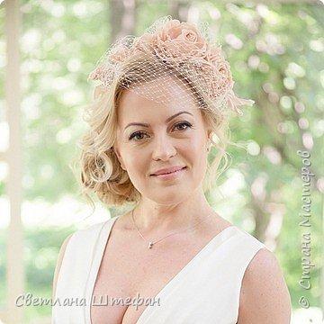 шляпка вуалетка для украшения прически невесты нежно персикового цвета фото 1