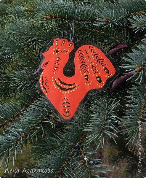 Всем доброго дня! Вырезала петушков к новогодней ярмарке и решила их еще и украсить точками, вот что у меня получилось... фото 6