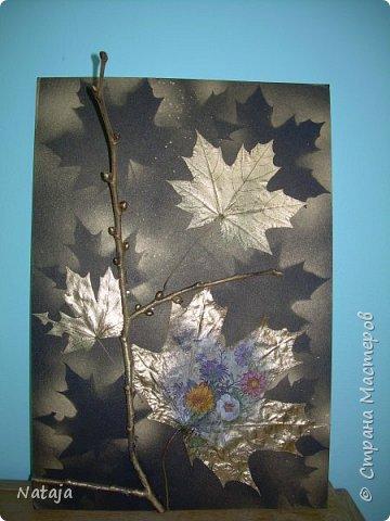 """Заинтересовала работа """"Декупаж на кленовом листочке"""" http://stranamasterov.ru/node/1054035 . Решила тоже попробовать. Искала салфетки. чтобы хоть как-то отвечали теме осени. Но попадались всё с букетами. Остановилась на этой салфетке, цветы вроде на астры похожи и не такие яркие, сочные. Один лист на картоне выглядит как-то сиротливо. Решила сделать ещё один - черно-белая птичка сидит на цветущей (сине-голубого цвета) ветке.  Положила два листка на картон. Всё равно что-то не то.  фото 2"""
