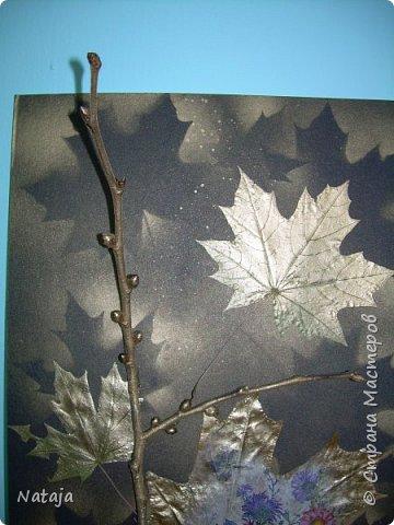 """Заинтересовала работа """"Декупаж на кленовом листочке"""" http://stranamasterov.ru/node/1054035 . Решила тоже попробовать. Искала салфетки. чтобы хоть как-то отвечали теме осени. Но попадались всё с букетами. Остановилась на этой салфетке, цветы вроде на астры похожи и не такие яркие, сочные. Один лист на картоне выглядит как-то сиротливо. Решила сделать ещё один - черно-белая птичка сидит на цветущей (сине-голубого цвета) ветке.  Положила два листка на картон. Всё равно что-то не то.  фото 3"""