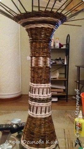 Еще одна напольная ваза.  24 часа сплошного удовольствия. Высота получилась 84 см. Плела с середины до горлышка, потом перевернула вазу и выплетала уже нижнюю часть. Использовала белые трубочки, морилка мокко и мореный дуб, лак акриловый, клей ПВА.  фото 6