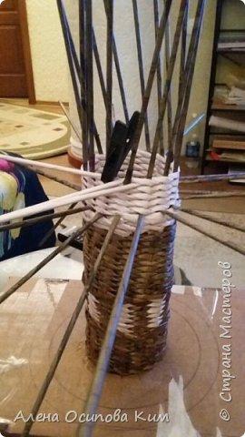 Еще одна напольная ваза.  24 часа сплошного удовольствия. Высота получилась 84 см. Плела с середины до горлышка, потом перевернула вазу и выплетала уже нижнюю часть. Использовала белые трубочки, морилка мокко и мореный дуб, лак акриловый, клей ПВА.  фото 3