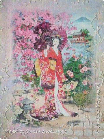 """И снова для создания панно в смешанной технике я взяла одну из многочисленных прекрасных  работ известной  японской художницы Морита Харуе. Признаюсь, подлинного названия так и не нашла, поэтому  и придумала свое : """"Когда цветет сакура"""". Почему выбор пал именно на эту работу художницы? На мой взгляд, здесь сплелись воедино все акценты, символы, атрибуты Японии: цветущая сакура, красавица-девушка в столь же красивом кимоно, маленький японский садик, японский домик и конечно же аура и колорит красок этой страны. А что касается цветения сакуры, то лучше японских поэтов уже никто не скажет и не напишет. """"Небо с землею Соединились в зыбком сплетении - Наплывший с моря туман Проник в цветущие кроны Сакуры горной."""" (Акико Есано) ***** """"В пору цветенья Вишни сродни облакам - Не потому ли Стала просторней душа, Словно весеннее небо..."""" (Камо Мабути) ***** """"Горная вишня Лунным сияньем Залита вишня в горах. Вижу, под ветром Дрожь по деревьям прошла, - Значит, цветы опадут?!"""" (Кагава Кагэки)  фото 2"""