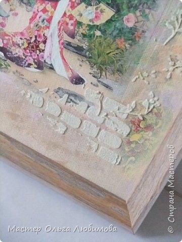 """И снова для создания панно в смешанной технике я взяла одну из многочисленных прекрасных  работ известной  японской художницы Морита Харуе. Признаюсь, подлинного названия так и не нашла, поэтому  и придумала свое : """"Когда цветет сакура"""". Почему выбор пал именно на эту работу художницы? На мой взгляд, здесь сплелись воедино все акценты, символы, атрибуты Японии: цветущая сакура, красавица-девушка в столь же красивом кимоно, маленький японский садик, японский домик и конечно же аура и колорит красок этой страны. А что касается цветения сакуры, то лучше японских поэтов уже никто не скажет и не напишет. """"Небо с землею Соединились в зыбком сплетении - Наплывший с моря туман Проник в цветущие кроны Сакуры горной."""" (Акико Есано) ***** """"В пору цветенья Вишни сродни облакам - Не потому ли Стала просторней душа, Словно весеннее небо..."""" (Камо Мабути) ***** """"Горная вишня Лунным сияньем Залита вишня в горах. Вижу, под ветром Дрожь по деревьям прошла, - Значит, цветы опадут?!"""" (Кагава Кагэки)  фото 3"""