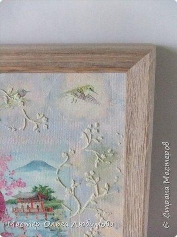 """И снова для создания панно в смешанной технике я взяла одну из многочисленных прекрасных  работ известной  японской художницы Морита Харуе. Признаюсь, подлинного названия так и не нашла, поэтому  и придумала свое : """"Когда цветет сакура"""". Почему выбор пал именно на эту работу художницы? На мой взгляд, здесь сплелись воедино все акценты, символы, атрибуты Японии: цветущая сакура, красавица-девушка в столь же красивом кимоно, маленький японский садик, японский домик и конечно же аура и колорит красок этой страны. А что касается цветения сакуры, то лучше японских поэтов уже никто не скажет и не напишет. """"Небо с землею Соединились в зыбком сплетении - Наплывший с моря туман Проник в цветущие кроны Сакуры горной."""" (Акико Есано) ***** """"В пору цветенья Вишни сродни облакам - Не потому ли Стала просторней душа, Словно весеннее небо..."""" (Камо Мабути) ***** """"Горная вишня Лунным сияньем Залита вишня в горах. Вижу, под ветром Дрожь по деревьям прошла, - Значит, цветы опадут?!"""" (Кагава Кагэки)  фото 4"""